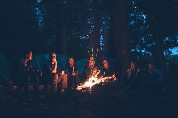retrouver ses amis autour d'un feu