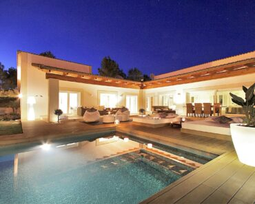 Villa Alba is a Contemporary holiday villa for rent near Pollensa with open plan living area